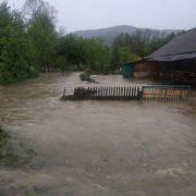 Повінь розмила дороги на Буковині та затопила село на Івано-Франківщині
