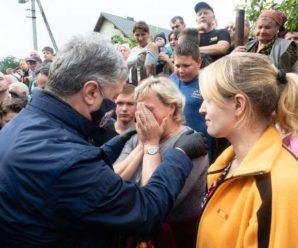 Порошенко закликає владу негайно почати відновлення зруйнованого стихією житла на Прикарпатті