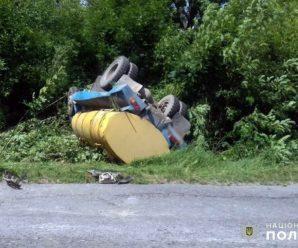 Жінка на молоковозі у Хмельницьку врізалась в інший молоковоз. Фото